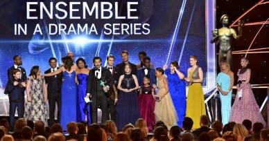 """El elenco de """"This Is Us"""" recibe el Premio SAG por su trabajo, el domingo 21 de enero del 2018 en Los Angeles. A la derecha, las presentadoras del galardón, Goldie Hawn y Kate Hudson. (Foto por Vince Bucci/Invision/AP)"""