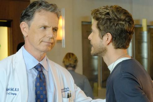"""THE RESIDENT: L-R: Bruce Greenwood and Matt Czuchry in the """"Independence Day"""" time period premiere episode of THE RESIDENT airing Monday, Jan. 22 (9:00-10:00 PM ET/PT) on FOX ©2017 Fox Broadcasting Co. Cr: Guy D'Alema/FOX"""