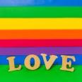 amo-palavra-de-madeira-e-bandeira-lgbt_23-2148120331